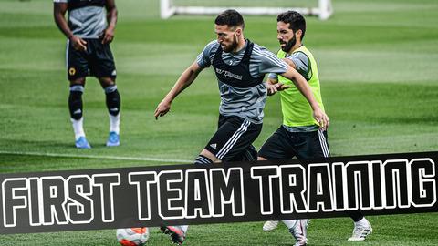 Jimenez free-kick, mini-match and Saiss goal-line controversy | Wolves train ahead of Arsenal