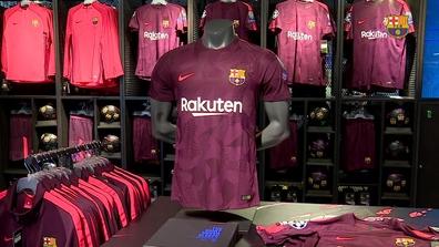 100+. Visitas. Nike presenta la tercera equipación del FC Barcelona 2017 18  ... 530b3ff098a